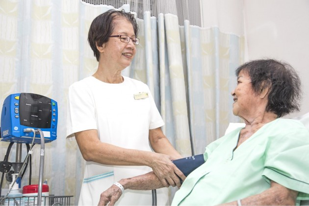 Play mahjong with elderly hospital patients during Giving Week
