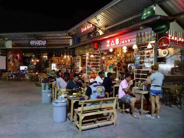 Hua Mum Night Market that locals visit