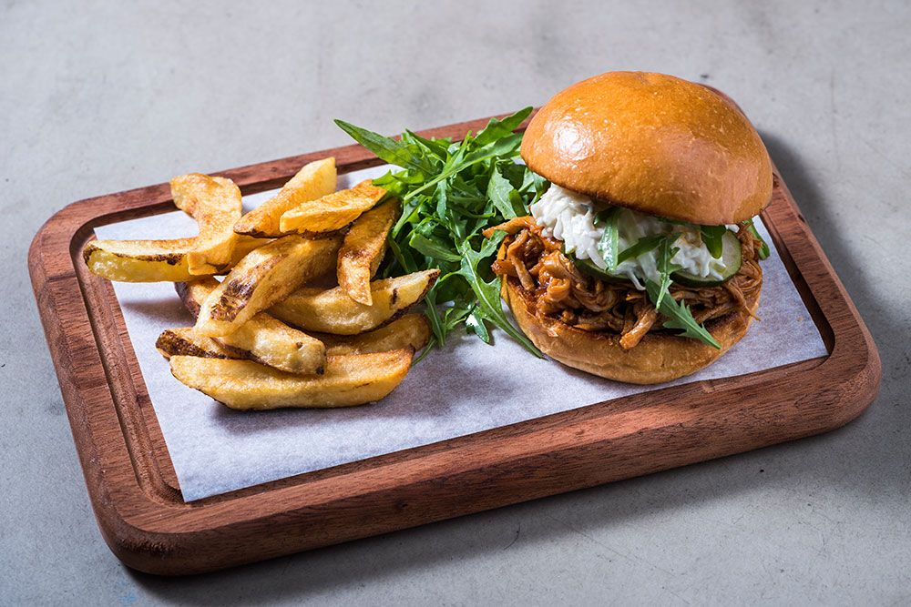 coo boutique hostel - pulled pork burger