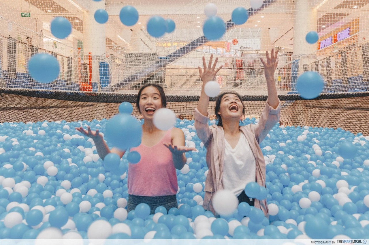 Airzone Singapore - Suspended ball pit throwing balls
