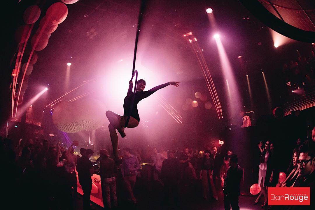 Bar Rogue aerial acrobatics