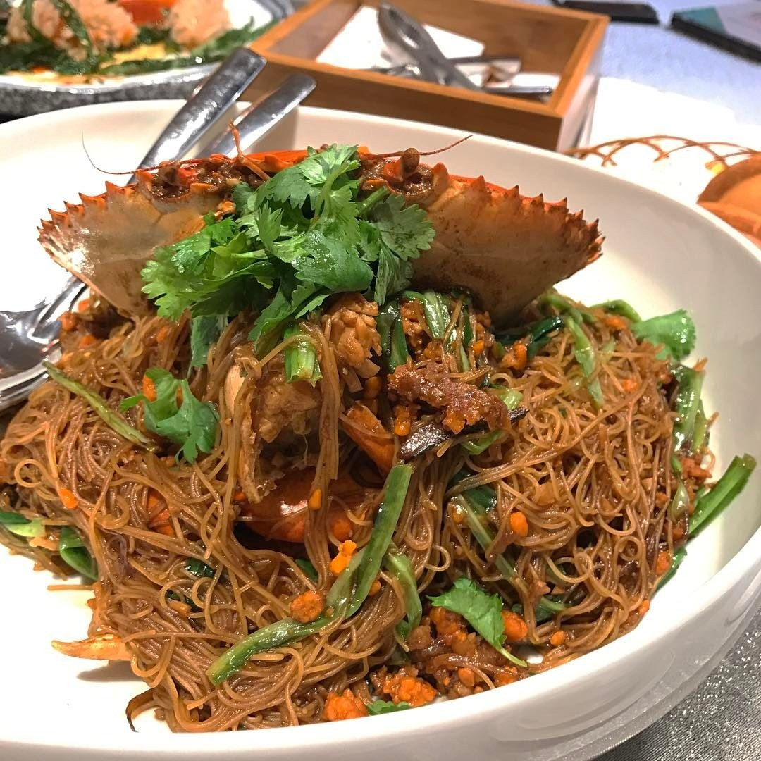 seafood paradise singapore wok-fried bee hoon with crab