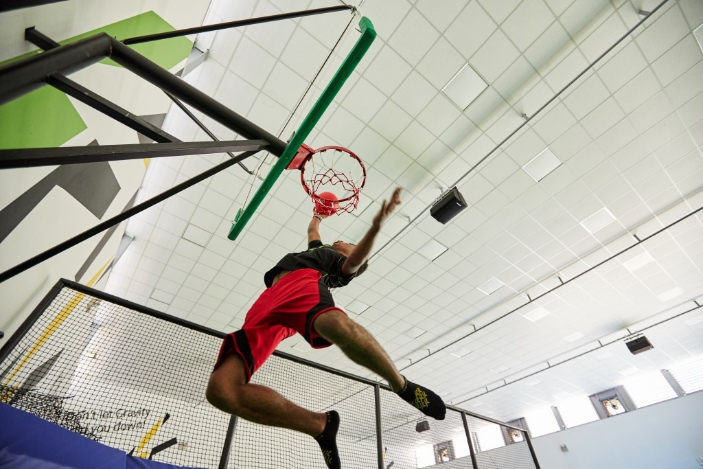 Trampoline park - katapult basket ball jump