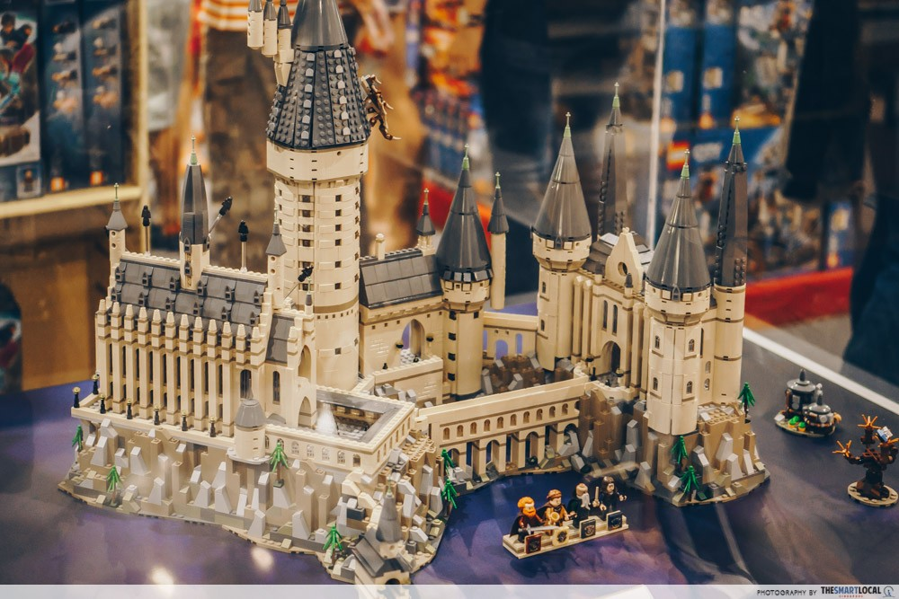 lego now has a harry potter hogwarts castle with over 6 000 pieces for muggles to experience the. Black Bedroom Furniture Sets. Home Design Ideas