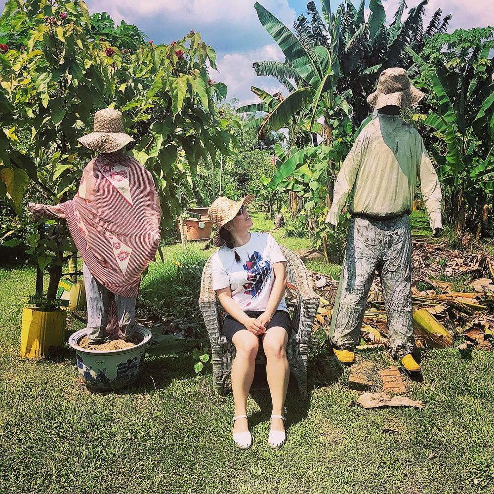 Lady between 2 scarecrows