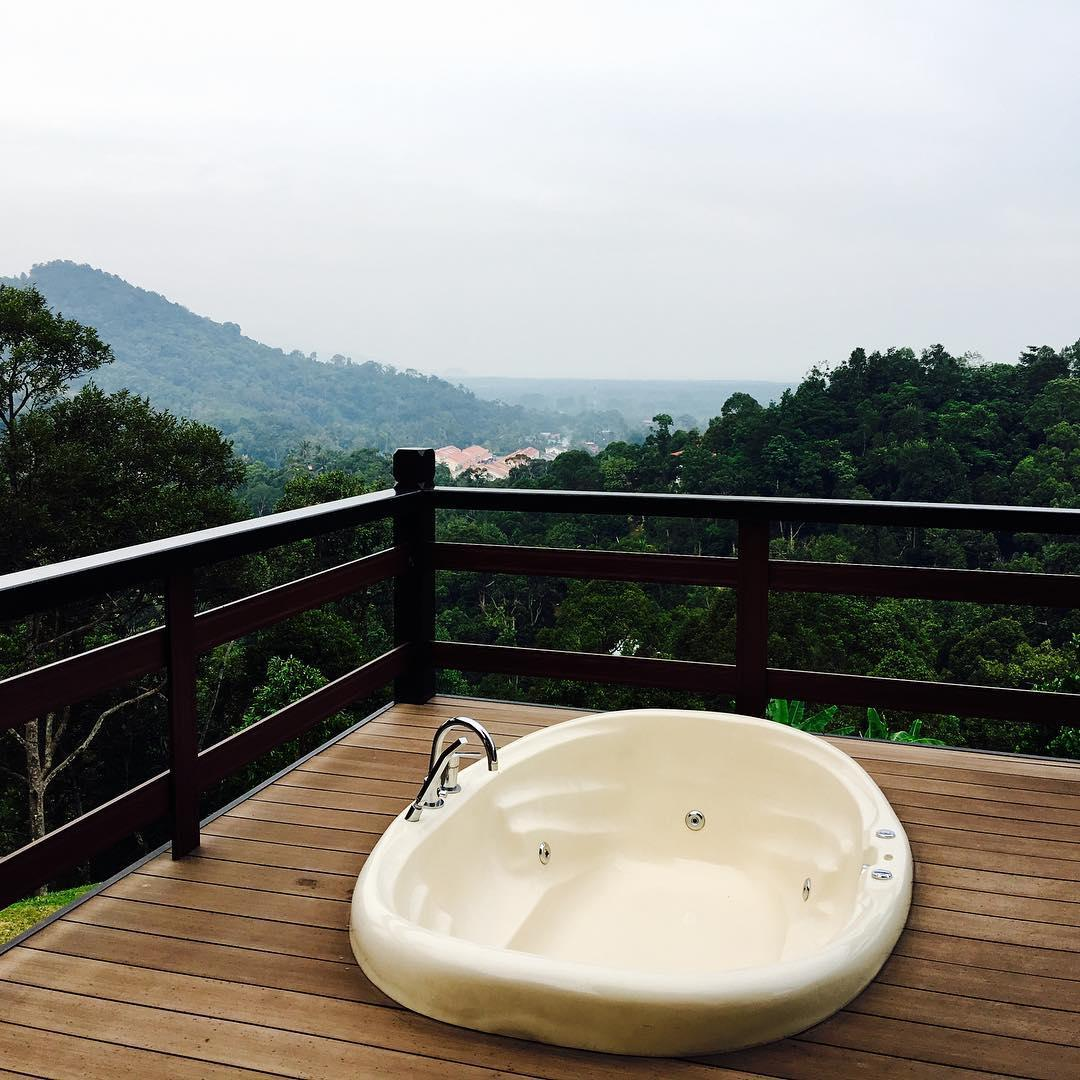 Outdoor jacuzzi at Karuna Hill