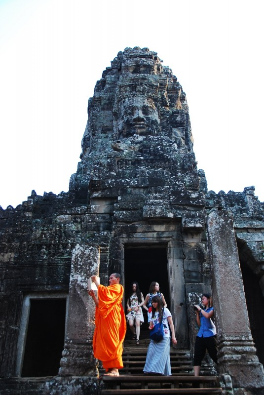 b2ap3_thumbnail_holly_bayonmonk_tourists.jpg