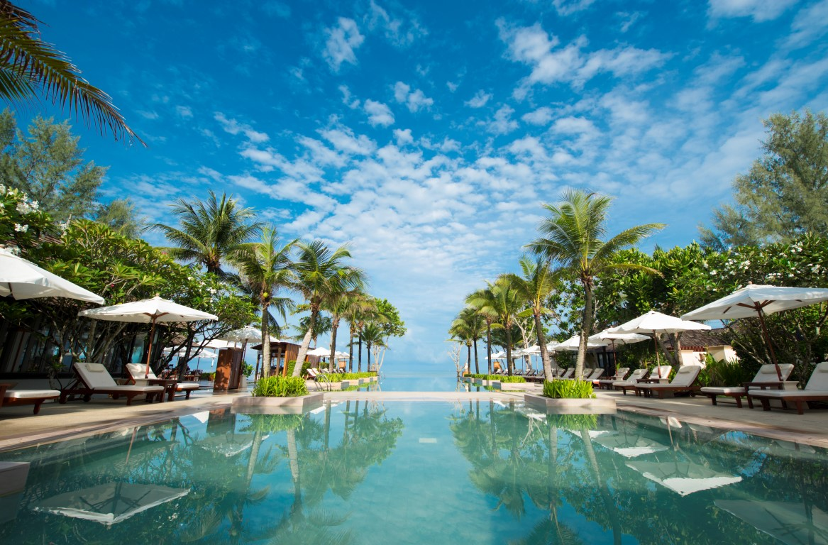 15 Beautiful Infinity Pools You Will Travel Across The