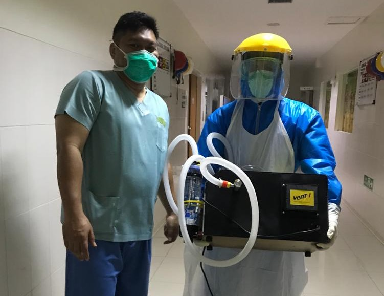 Two people show the ventilator, Vent-I