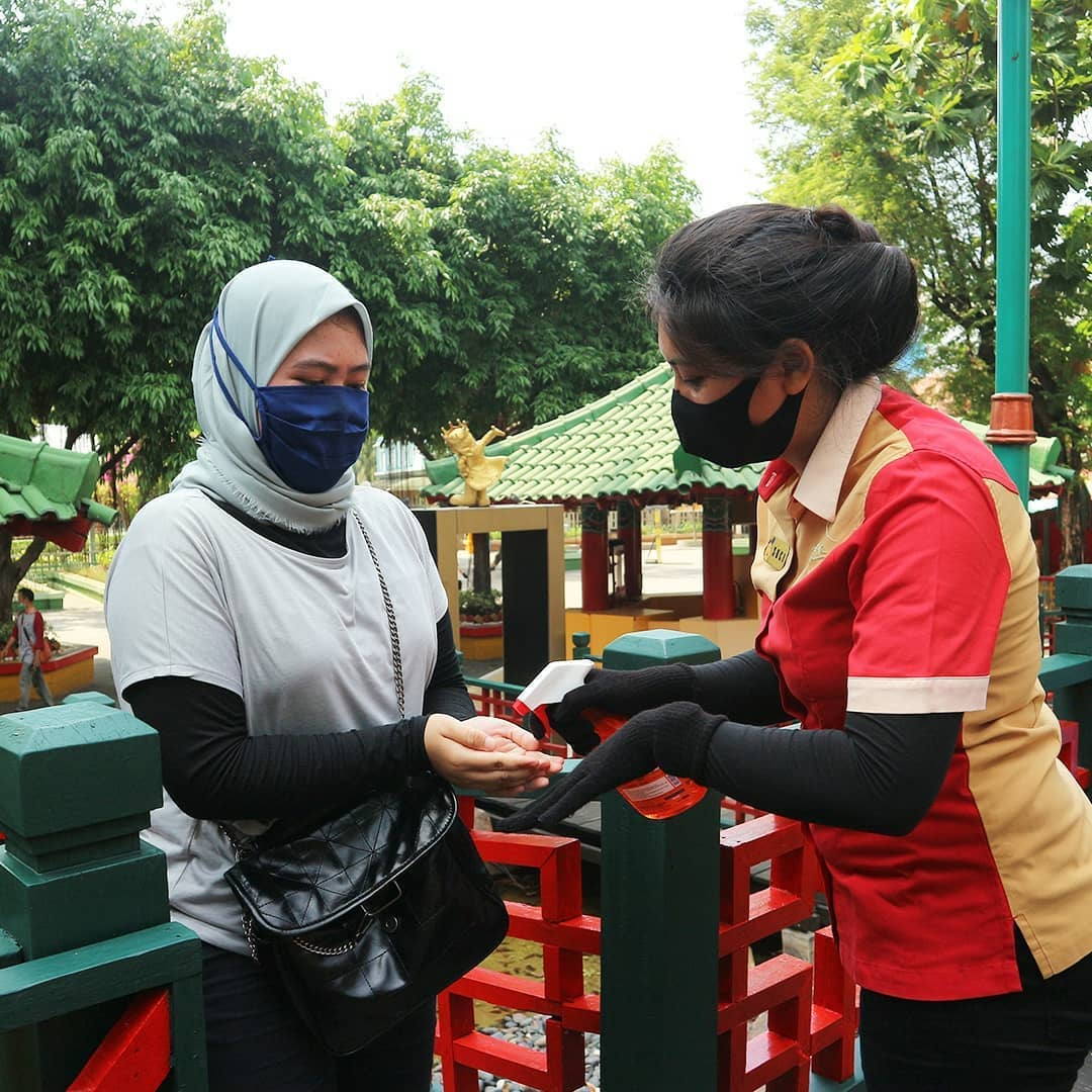 Dufan staff provides hand sanitizers to visitors