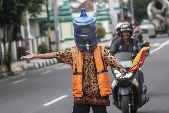 Indonesians' DIY PPE - Traffic controller