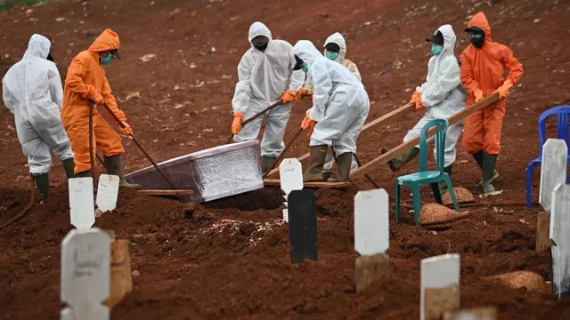burial in a graveyard by officials in ppe