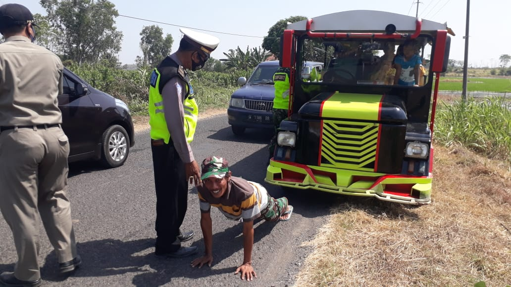 gresik driver made to do pushups for not wearing mask