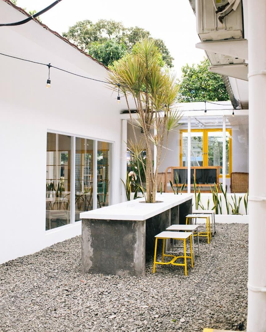 outdoor dining jakarta - twin house