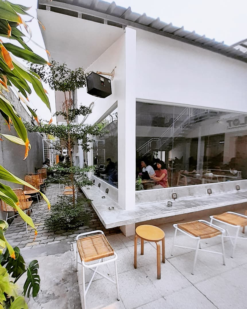 jakarta coffee shops for remote workers - kroma coffee seating