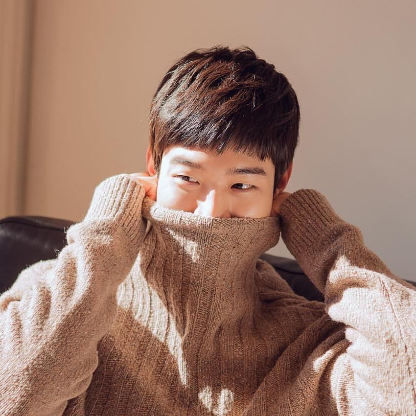 Photo Poses For Men - Cover mouth with turtleneck, Jang Do-yoon