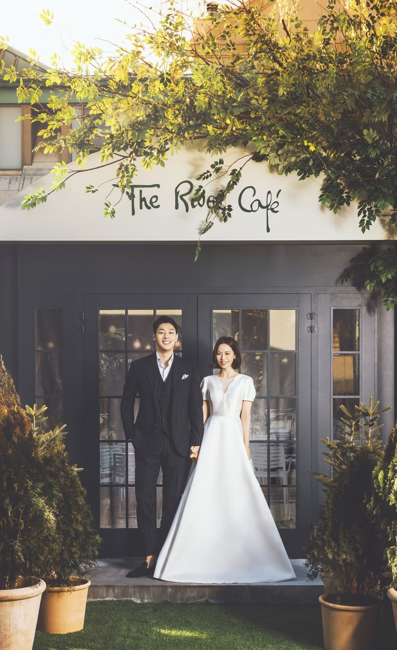 korean wedding photoshoot couple at a doorstep