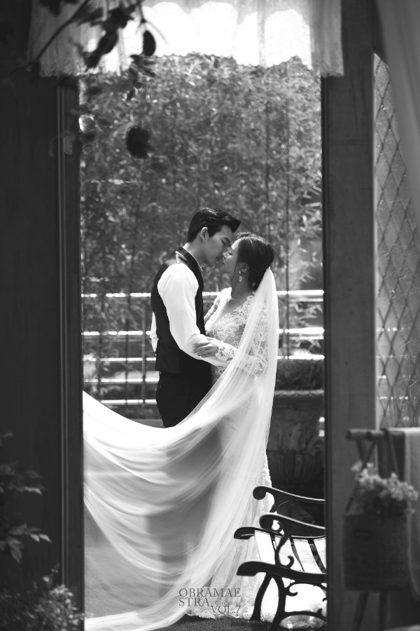 korean wedding photoshoot black and white shot of groom leaning for a kiss