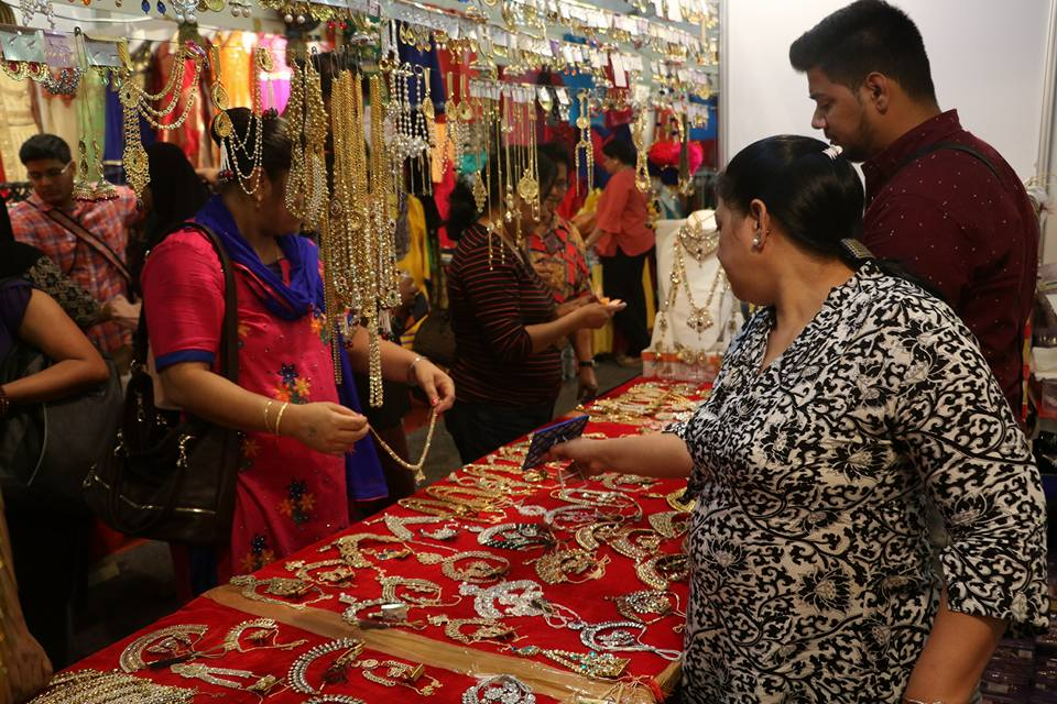 shoppers buying jewellery deepavali carnival bukit jalil