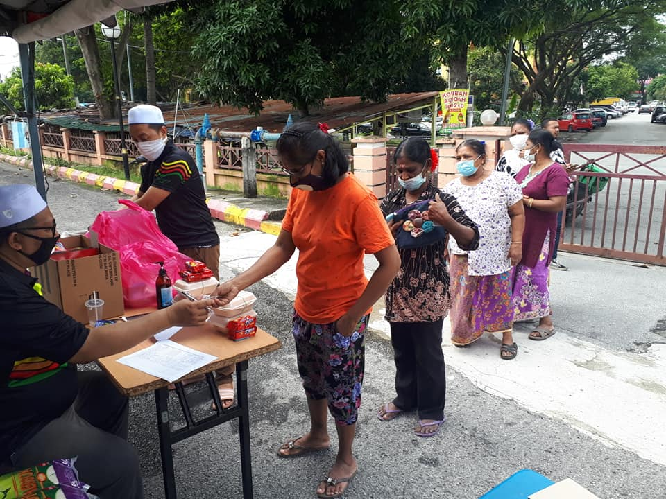 Diverse M'sians getting free food