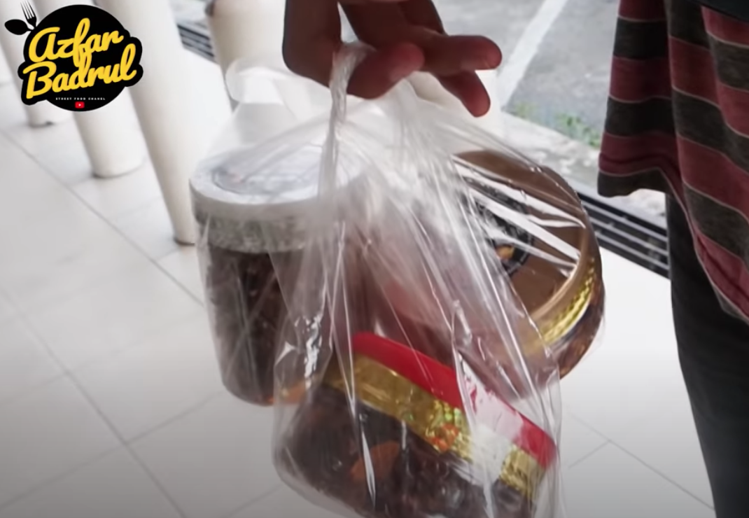 M'sian YouTuber helps out local sambal seller - sambal containers