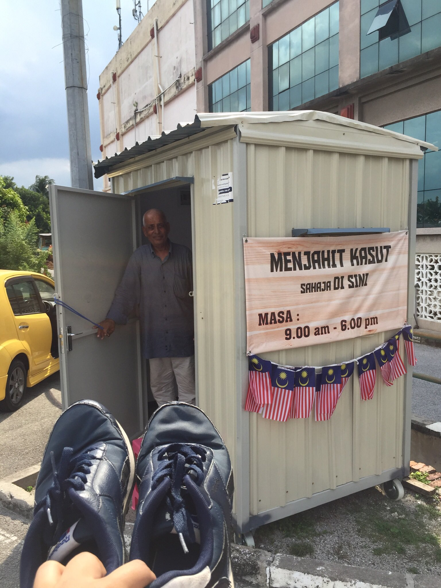 Ipoh cobbler in Medan Gopeng with a moving story - shack