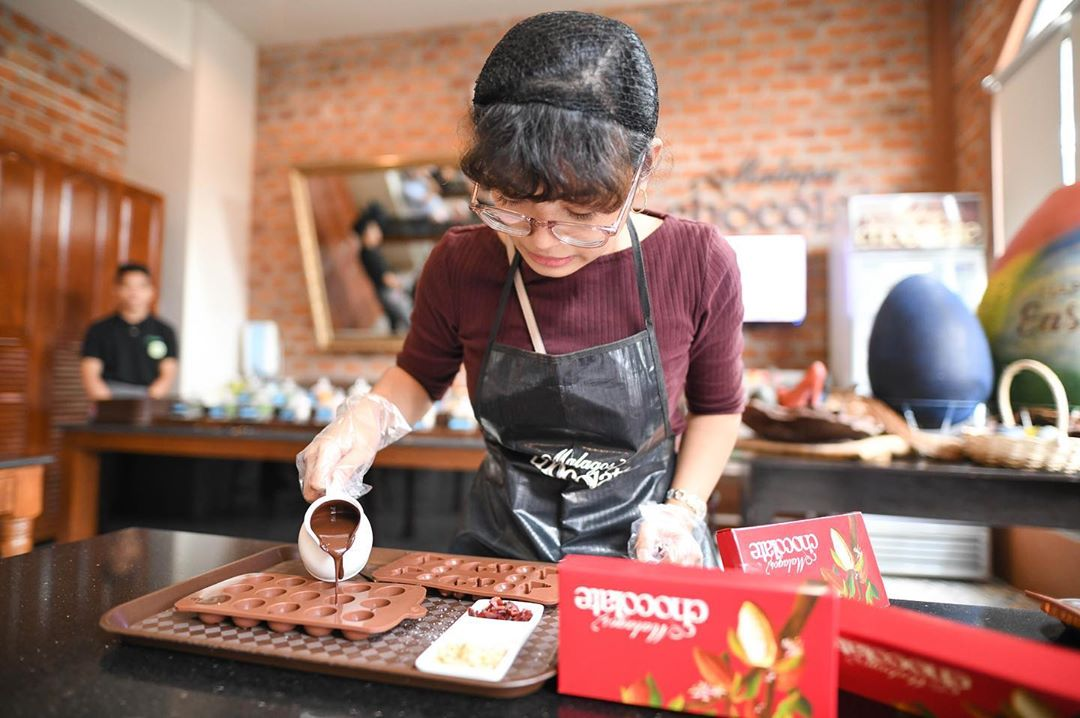 making chocolate at malagos chocolate museum