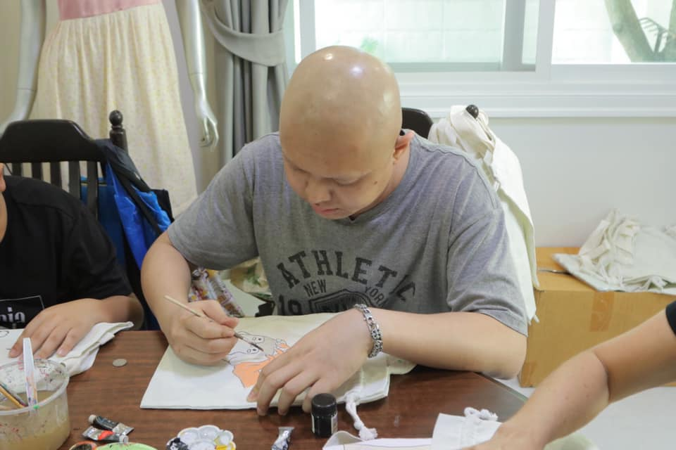 Cancer patients sells homemade tote bags for his medication cost