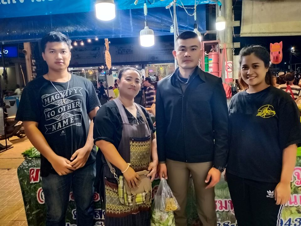 Policeman Apologises To Fruit Seller For Eating Her Apples During Terminal 21 Rescue Mission, Ends Up Getting More Fruit