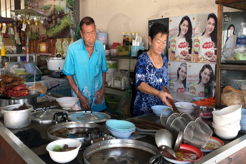 Thai elderly hawkers donate money for hospitals during COVID-19
