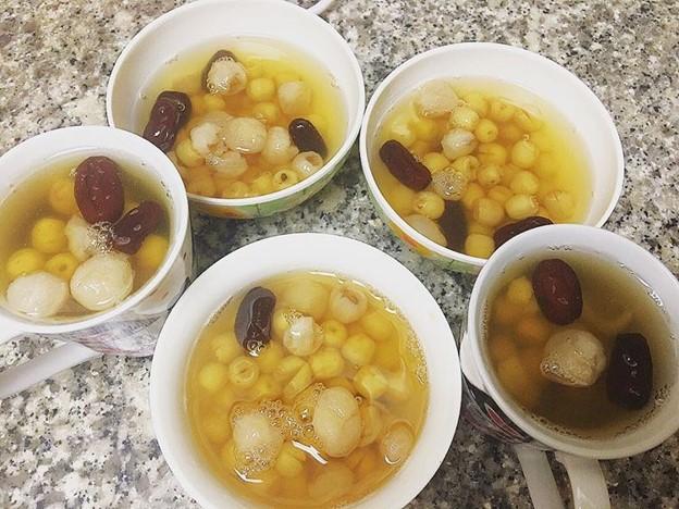 vietnamese sweet lotus soup called che sen