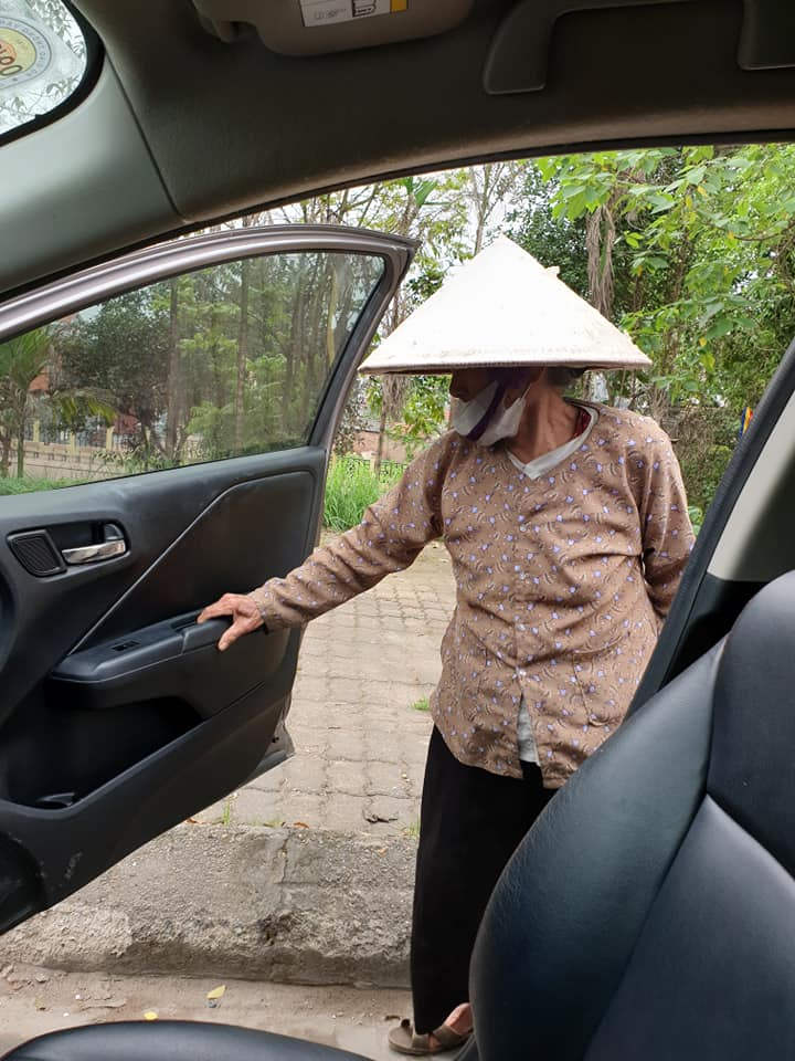 Hanoi driver give free ride to a 90 year old lady 2