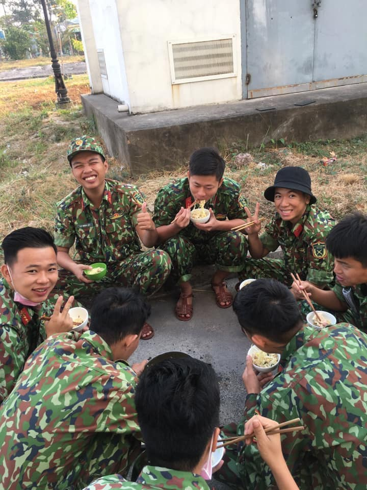 quarantine staff eating instant noodle