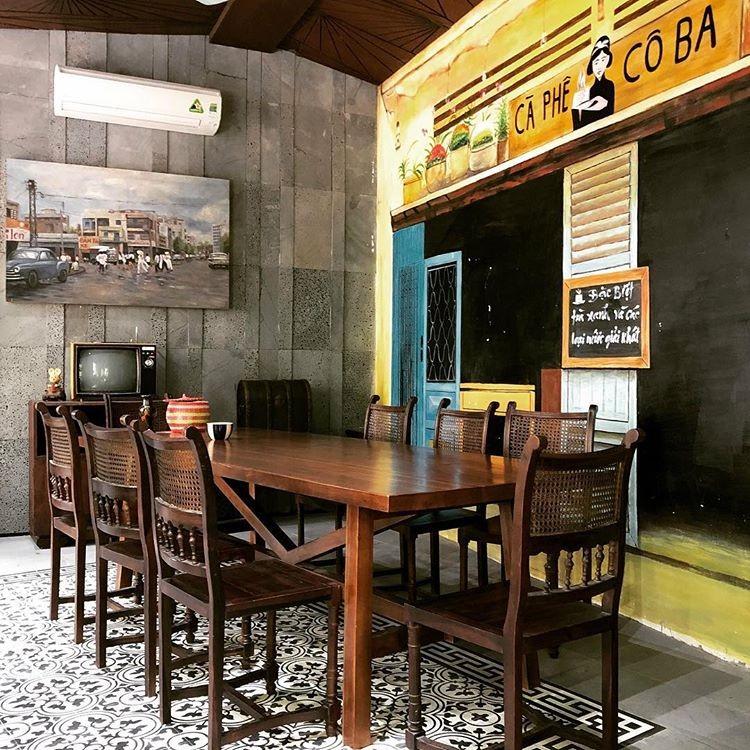 co ba dong khoi rooftop café tables