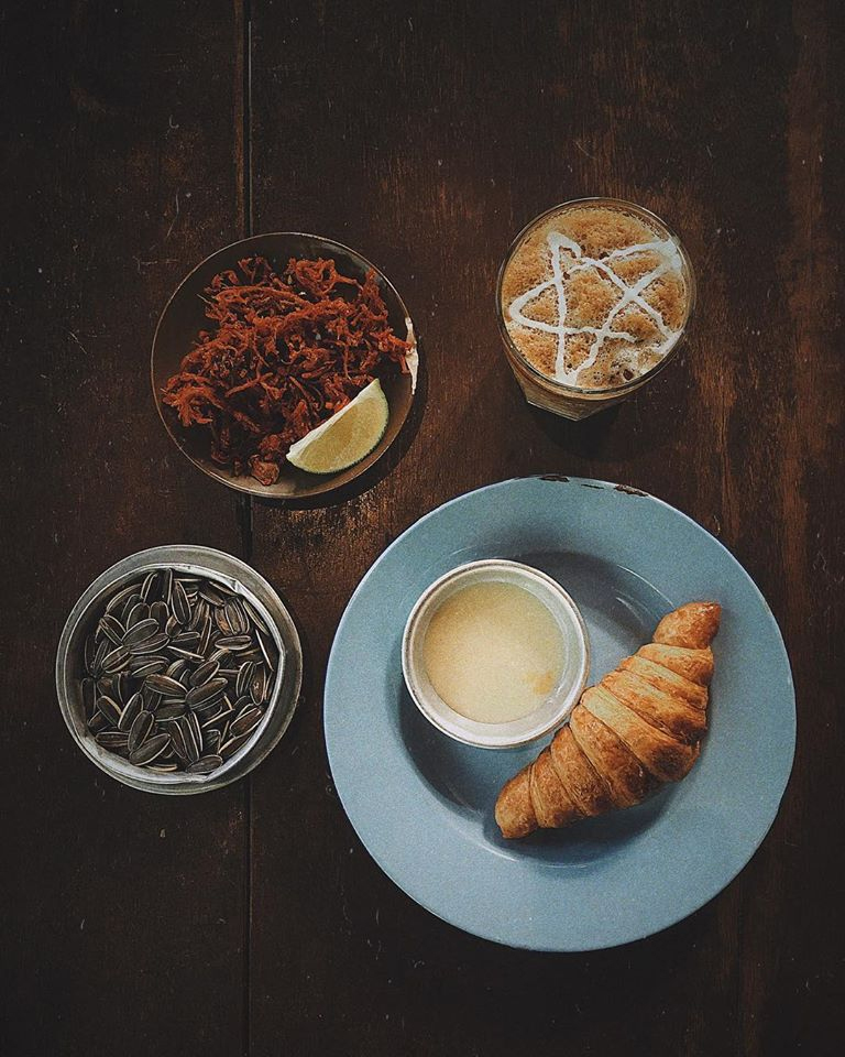 cong caphe coffee and croissant
