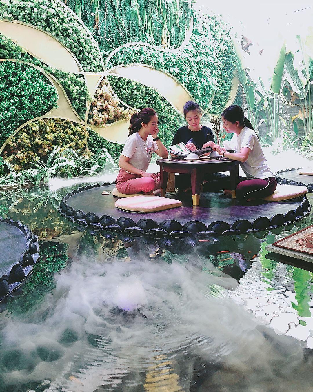 hanoi vegetarian restaurant vi lai water seating