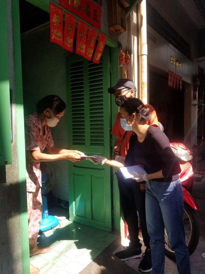 Vietnamese help lottery ticket sellers