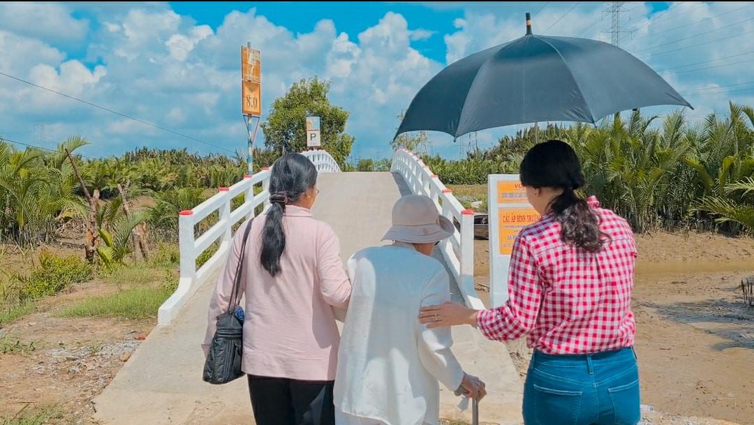 Vietnamese woman build bridges
