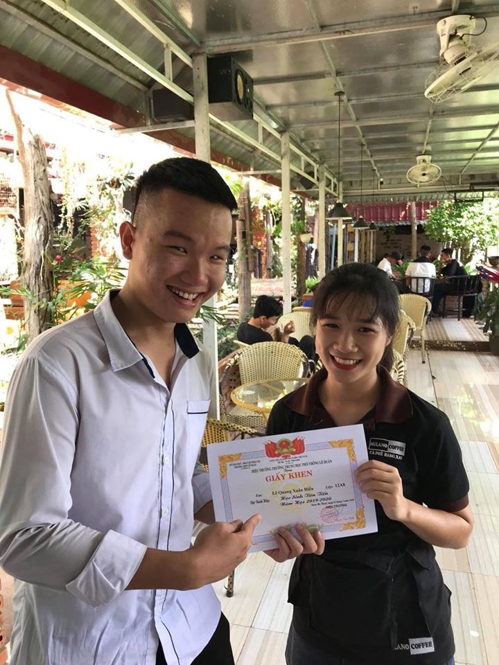 vietnamese student showing off average score with a coffee house staff