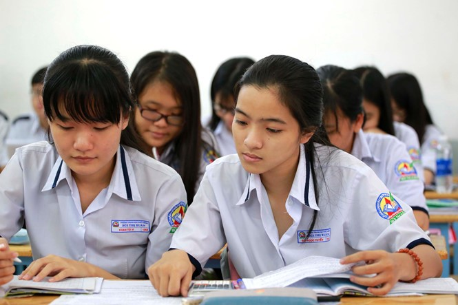vietnamese student showing off average score_Vietnamese students cramming for exam