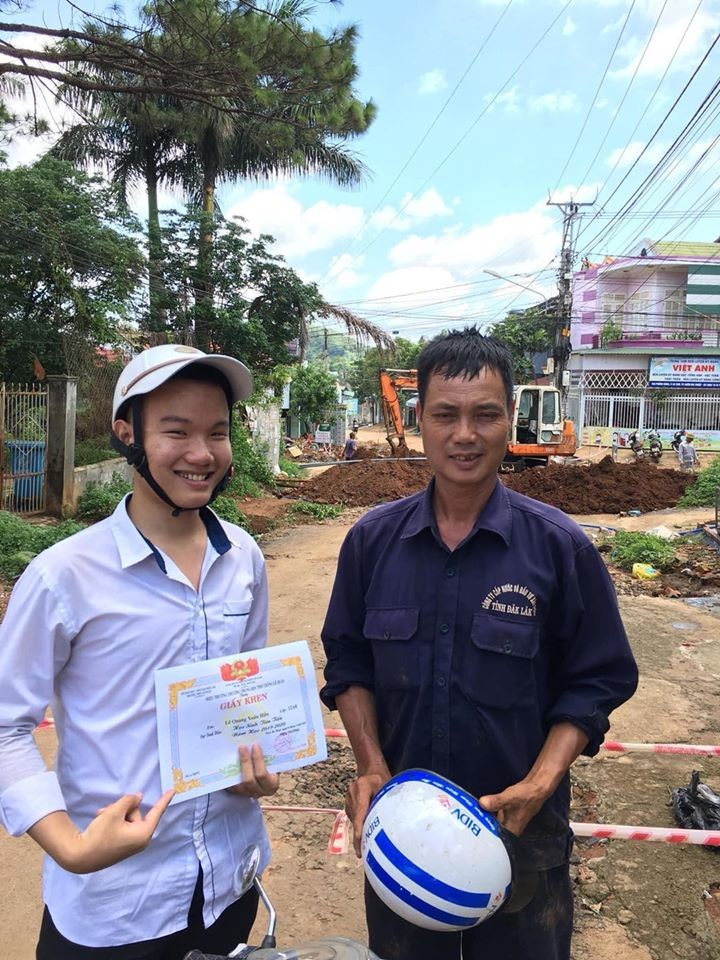 vietnamese student showing off average score with a construction worker