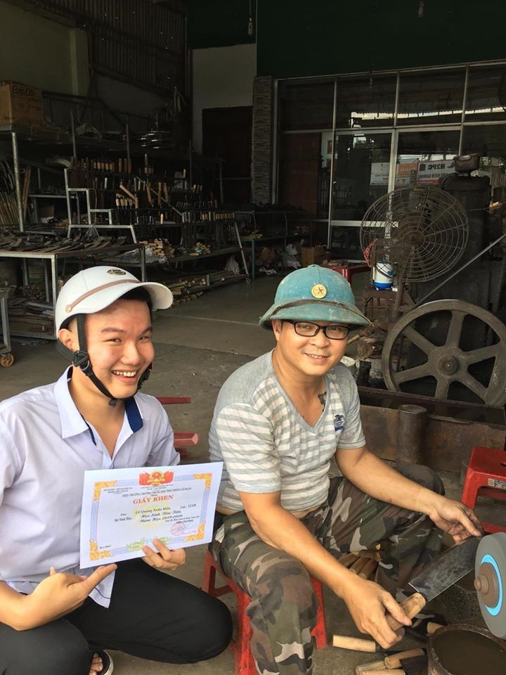 vietnamese student showing off average score with a mechanic