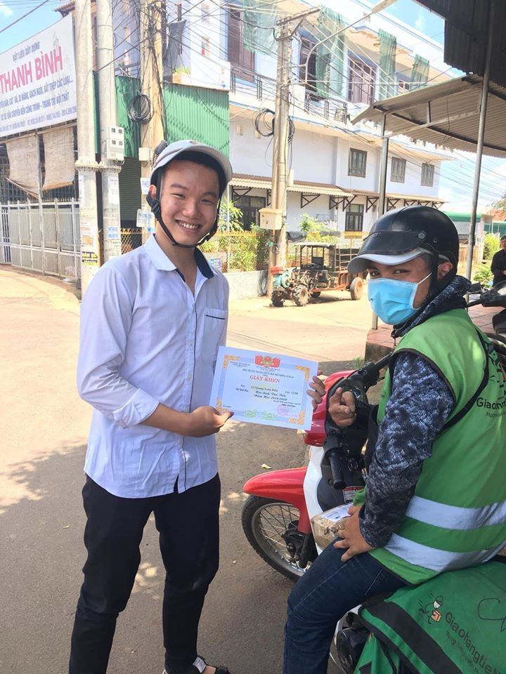 vietnamese student showing off average score with shipper