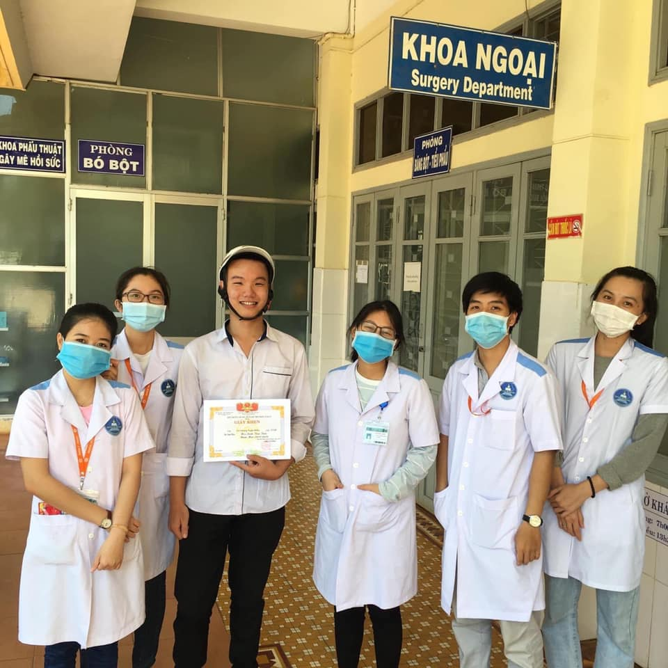 vietnamese student showing off average score with doctors