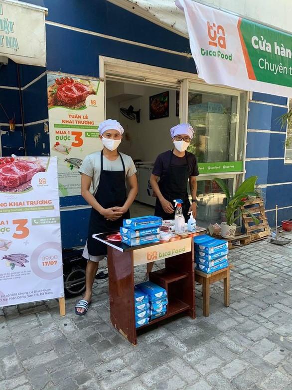 Da Nang COVID-19 - residents hand out free masks