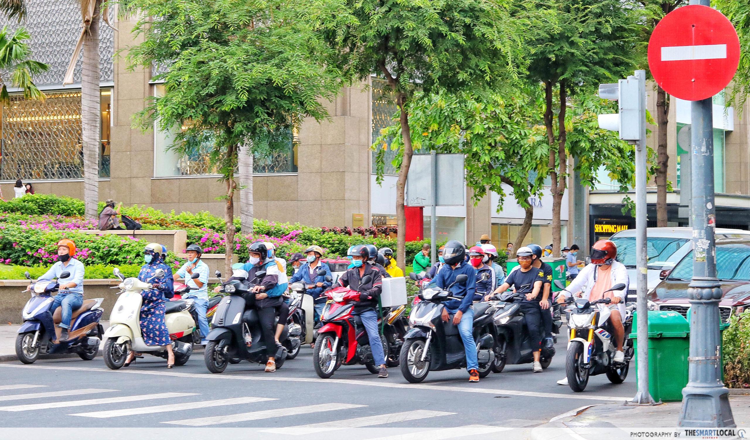 Saigon COVID-19_commuters wear masks
