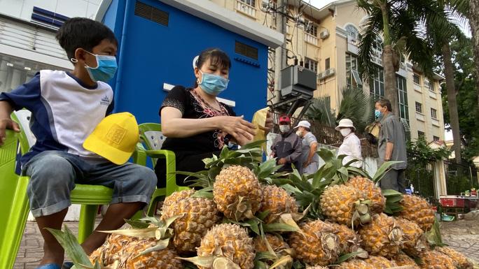 Saigon boy helps people_free pineapples