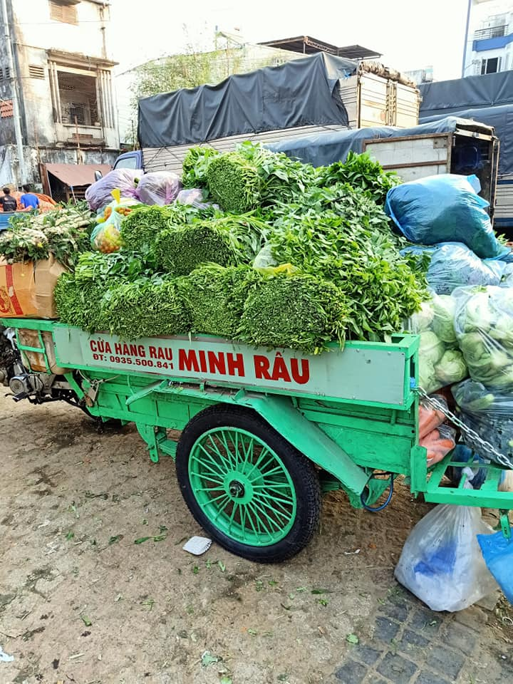 vendor give free vegetable_buyers