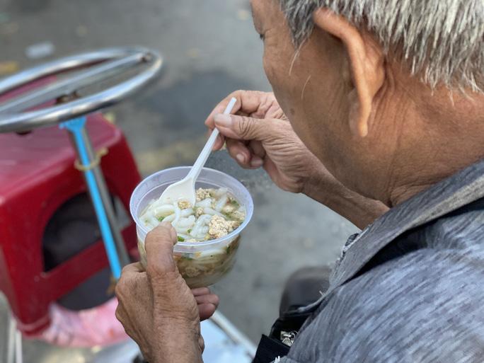 Saigon boy helps people_free breakfast