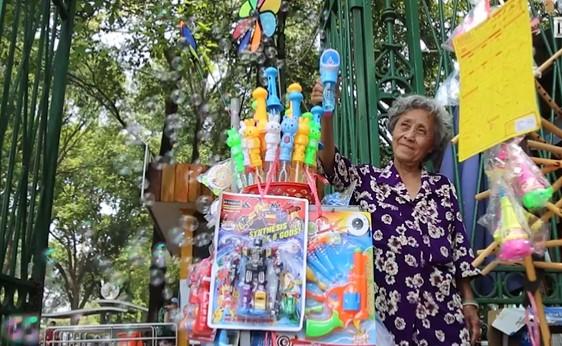 Saigon zoo_toy vendor